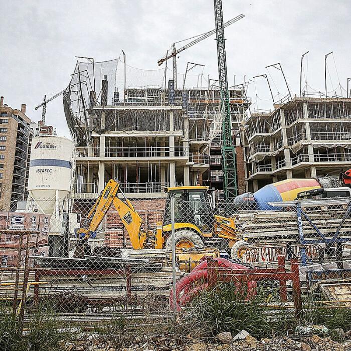 La nueva crisis del 'ladrillo': el 'rally' de las materias primas eleva el riesgo de abandono de obras por la subida de costes