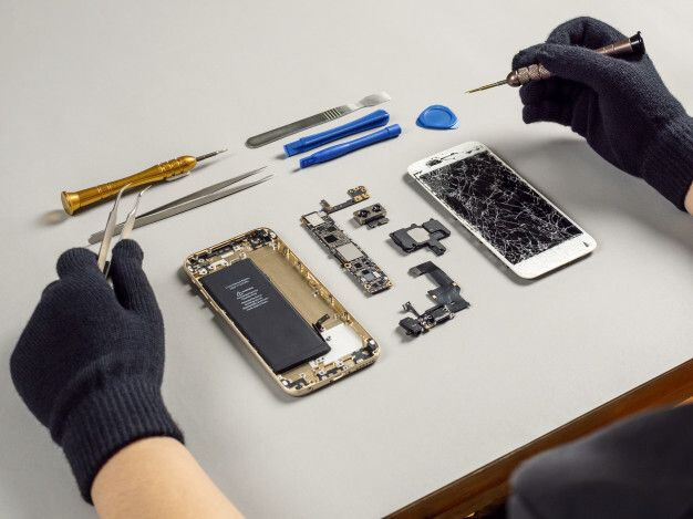 How to Deal with Dirt and Cracked iPhone Screens