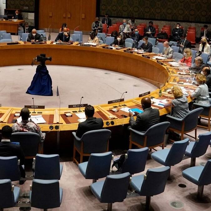 El Consejo de Seguridad de la ONU aprueba una resolución que pide a los talibanes garantizar la salida segura de los afganos