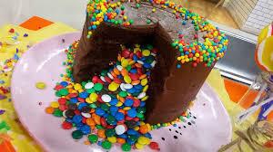 Deliciosa torta piñata de chocolate con dulces de colores