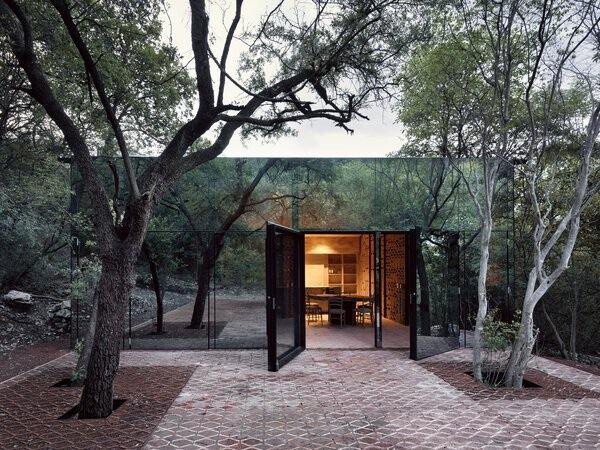 This mirrored Mexico home hiding in the forest.